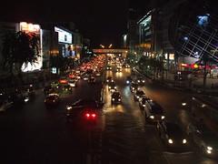Bangkok, Phaya Thai Road (Stewie1980) Tags: road city night thailand evening traffic bangkok center thai finepix fujifilm mbk phaya siam rama a700    thanon i fujifilmfinepixa700