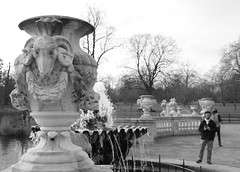 Italian Gardens. Hyde Park. (Cauldrn) Tags: park uk parque england blackandwhite bw london blancoynegro water fountain agua fuente londres hydepark italiangardens canoneos550d rebelt2i