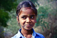 indian girl (green.pit) Tags: travel portrait people india girl smile reisen asia asien child indian sony thinking 2009 indien a350 dslra350 sonyalpha350 pitgreenwood