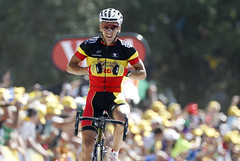 Gilbert takes first yellow jersey of 2011