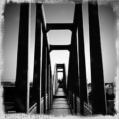 cameraphone street city bridge bw white black vintage... (Photo: FOCUS404 on Flickr)