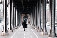 L'homme ordinaire sous le pont Bir-Hakeim (Paolo Pizzimenti) Tags: paris film paolo olympus pont dxo zuiko homme e5 pilier birhakeim doisneau pellicule ordinaire travet