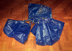 Ikea (Alessandro Banducci * Ganaverre) Tags: bag shopper buste blu blue parquet legno wood svezia sweden vuoto empty shopping 3 tre three