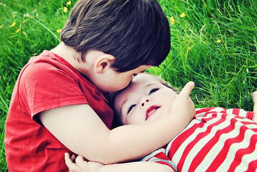 フリー写真素材, 人物, 子供, 兄弟・姉妹, キス,