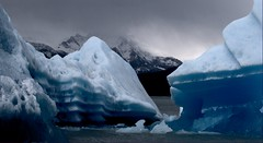 Floe and mountains (Aztlek) Tags: blue patagonia ice argentina azul landscape photography nikon paisaje nikkor 70300mm lagoargentino hielo floe fotografa calafate d60 ufraw agentina 4556 losglaciaresnationalpark patagonico parquenacionallosglaciares tmpano parquenacionallosglariares