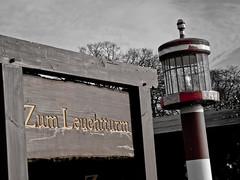Zum Leuchtturm - kleine Leuchtturm-Lampe in Bad Saarow am Scharmtzelsee (menthodik) Tags: see landschaft brandenburg leuchtturm scharmtzelsee badsaarow wendischrietz rinnensee mrkischesmeer menthodik danielmenthe