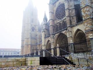 LEÓN.- Catedral con niebla.