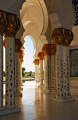 Porch (Paolo Rosa) Tags: white al worship place islam united uae columns style grand mosque bin arabic emirates zayed abudhabi arab porch sultan marble abu dhabi bianco stile sheikh sheik portico colonne  moschea arabo  marmo  nahyan zayedmosque sheikhzayedgrandmosque sheikzayedmosque