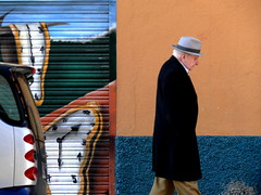 Dal y Caballero con sombrero/Dal and a gentleman wearing a Hat (Joe Lomas) Tags: madrid street leica urban espaa man hat calle spain colorful grafitti watches candid colores elderly reality streetphoto urbano sombrero dali salvadordali oldpeople hombre urbanphoto ancianos realidad callejero viejos relojes mayores terceraedad robados realphoto personasmayores fotourbana gentemayor viejecitos fotoenlacalle fotoreal photostakenwithaleica leicaphoto 4tografie