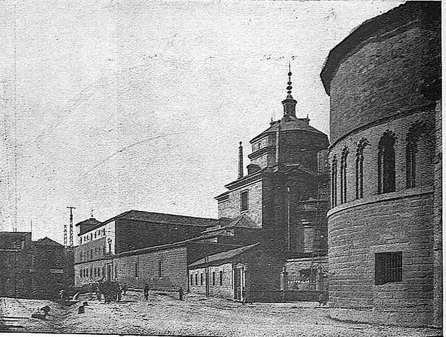 Hospital Tavera y Ábside del Hospital de Huérfanos Cristinos hacia 1929. Fotografía, probablemente de Narciso Clavería,  publicada en septiembre de 1929 en la Revista Toledo