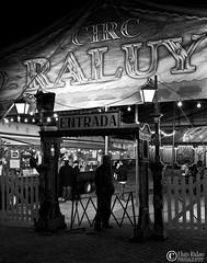 Circo Raluy (Llus Ridao) Tags: barcelona espaa white black blanco canon spain circo negro bcn entrada soledad blanc negre personaje circ espanya 50d 24105l circoraluy sortidazz