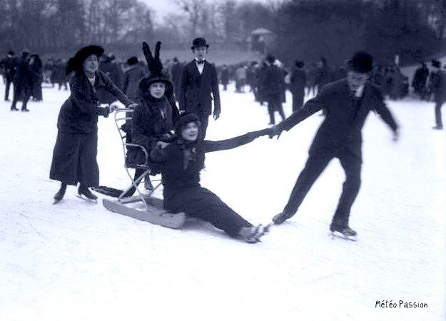 patinage sur les lacs gelés du Bois de Boulogne à Paris le 18 janvier 1914