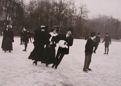 Patinage+sur+le+lac+du+bois+de+Boulogne_+Paris,+D%C3%A9cembre+1906