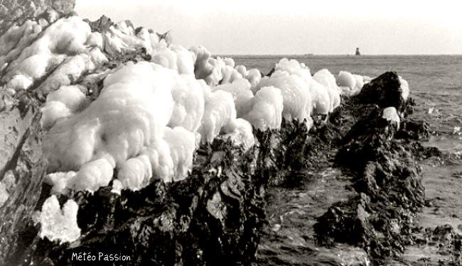 glace sur les rochers de la Costa Brava en Espagne pendant la vague de froid de février 1956