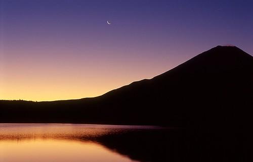[フリー画像] 自然・風景, 山, 湖・池, 月, 夕日・夕焼け・日没, 富士山, 日本, 201012271900