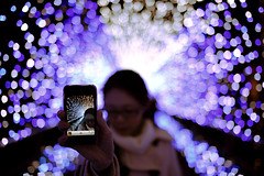 (kagetora ishida) Tags: street people woman apple night zeiss 35mm canon eos dof hand bokeh f14 illumination optical contax tip 3gs iphone megumi distagon distagon35mmf14 5dmarkii