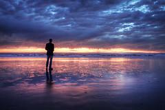 [フリー画像] 人物, 人と風景, ビーチ・砂浜, 夕日・夕焼け・日没, 雲, アメリカ合衆国, シルエット, 201101110700