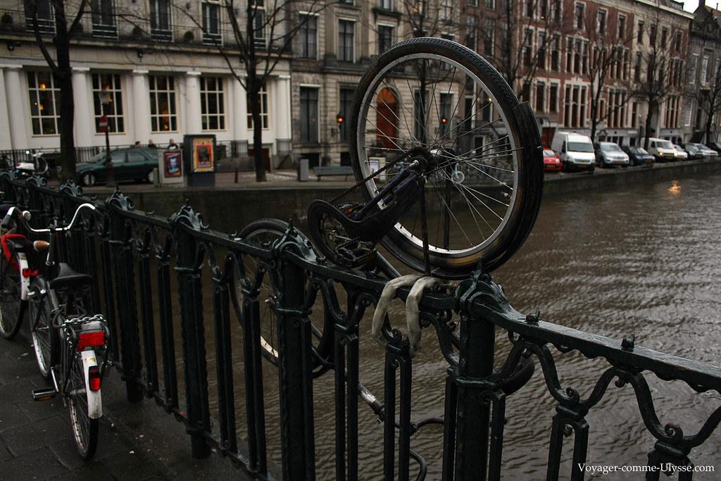 On accroche le vélo comme on peut au pont