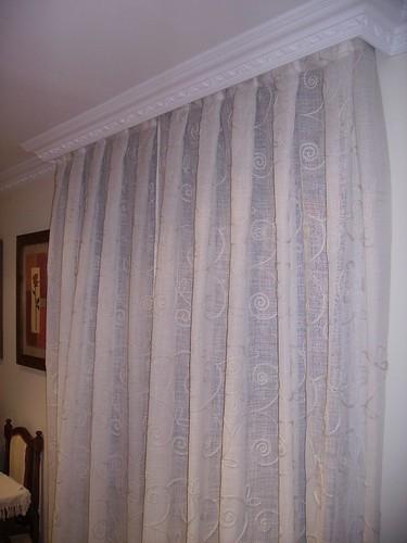 Visillo bordado en tablas