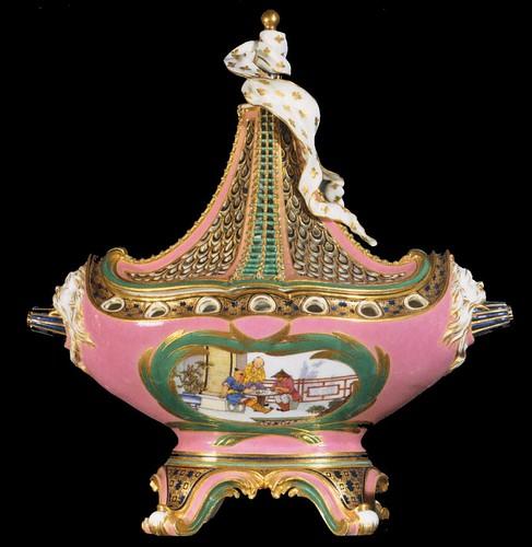 013-Vasija en porcelana Popurrí rosa y decoración china 1760-Porcelana de Sévres- Web Galery of Art- © 2005-2010 Musée du Louvre