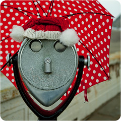 (suz or sooze) Tags: sanfrancisco santa red hat umbrella binocular december sunday oceanbeach 2010 binocs viewers 365roundtwo gettyholidays2010 getty2010dec