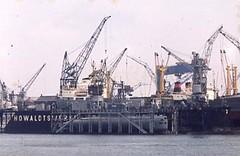U-Boot im Trockendock, Kiel (borntobewild1946) Tags: ubootimkielertrockendock uboot submarine ostsee kiel berndloos copyrightbyberndloos borntobewild1946 howaldswerke bundesmarine trockendock unterseeboot hafen kielerhafen leicam2 leicasummicron250mitnaheinstellung agfact18 howaldtswerft 60s sixties 1960erjahre hafenkräne