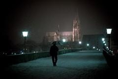 Ziel vor Augen (thrower.de) Tags: schnee winter nacht dom mann brcke laterne regensburg glatt steinernebrcke regenschirm schneefall steinerne niederschlag