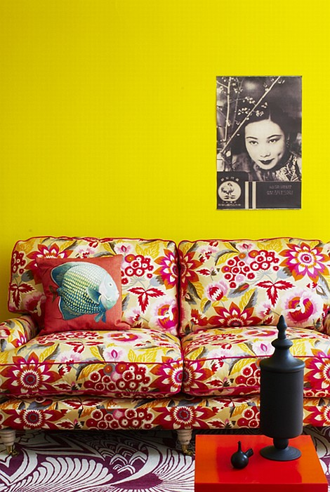 flower-sofa-yellow-wall-decor