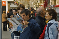 Mirant - Mirando - Looking for (McGuiver) Tags: barcelona street canon callejera sigma1770 canoneos400d