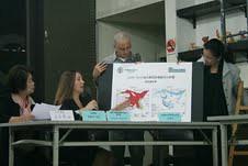 艾華思於記者會上,解說海豹主要棲地區浮冰的狀況。