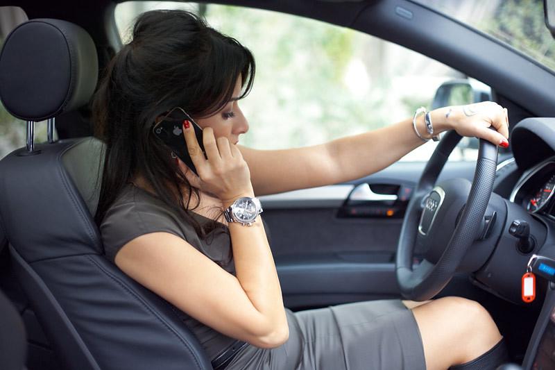 Канделаки разговаривает по айфону за рулём