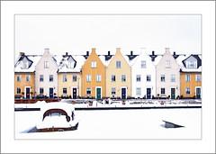 Snowy Nieuwegein - Harbour side (.MARTINE.) Tags: snow holland netherlands utrecht sneeuw vreeswijk nieuwegein martine nieuwbouw nostalgisch canoneos40d flickrgolfclub hunzewerf clanflickr lowrypainting deliberatlyoverexposedforthebestresult newnostalgichouses