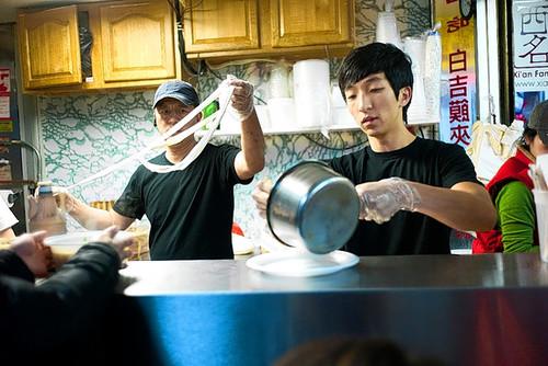 纽约的西安小吃(Photo by Ken Maldonado for The Wall Street Journal)