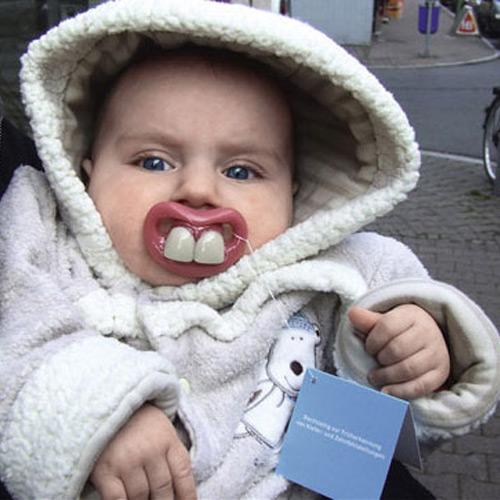 bébé avec une tétine à dent