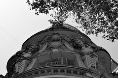 Olhando para cima eu vejo o antigo (AlexJ (aalj26)) Tags: city cidade bw white black argentina branco arquitetura de buenosaires nikon para pb preto jorge e contraste vista alexander ponto cima olhando d90 alexj aalj26 alexanderaljorge
