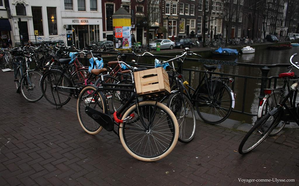 Le panier de ce vélo est une simple caisse en bois