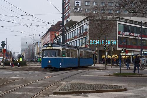 Bei nebligem Wetter passiert der einsame Triebwagen den Hauptbahnhof