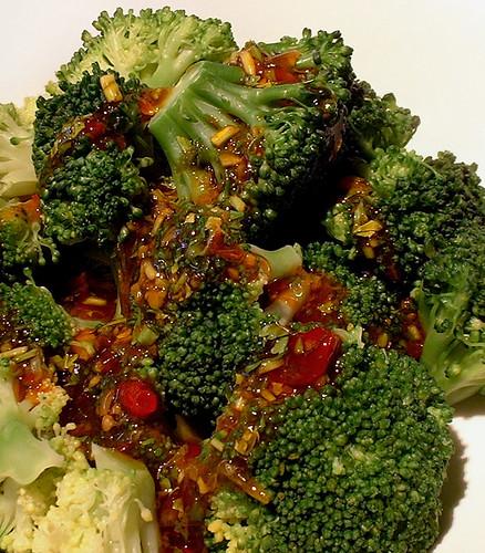Broccoli met zoete chilisaus, koriander en limoen
