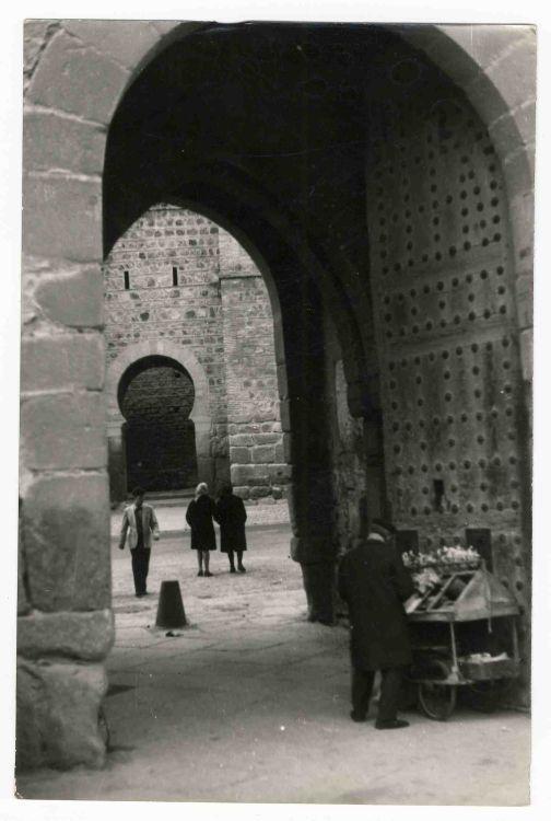 Vendedor ambulante en el Puente frente a la Puerta de Alcántara hacia 1970. Colección Luis Alba, Ayuntamiento de Toledo