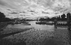 hammersmith and the thames / Hammersmith con su Tamesis (Luis DLF) Tags: hammersmith thames tamesis london londres orilla embarcaderos ships boats sky clouds canon byn bw shore sand river bridge uk