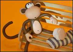 Ohhh....it hurts! (Rigib) Tags: macro canon bench hurts monkey mono pillow explore macaco 60mm abe ankle sprain sore affe  mapa keepitup  lens00025 bobbyjack explore116  img3778  ourdailychallenge