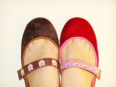 Somente o de CUPCAKE est Disponvel!! O de coruja  meu xodzinho!! (bazartudojuntoemisturado) Tags: red cupcake sapato alicedisse