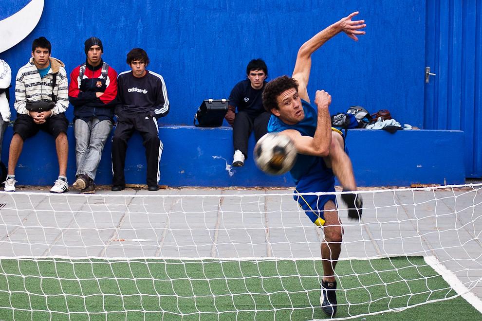 """Torneo de """"piki-volley"""" en el stand de Tigo en la Expo 2010 de Mariano Roque Alonso, esa tarde el público disfrutó de una sensacional competencia con jugadores muy talentosos de este típico deporte. (Elton Núñez - Mariano Roque Alonso, Paraguay)"""