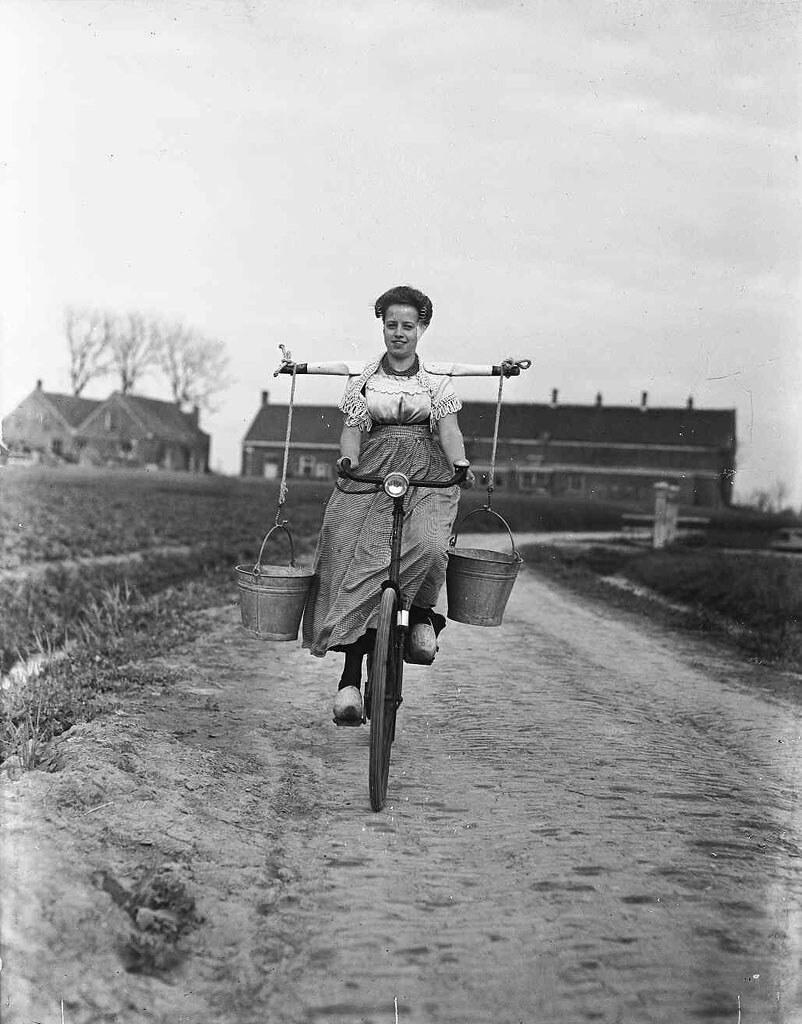 00-00-1946_00175 Boerin op de fiets