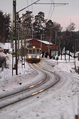 X10p Tunagård (AdurianJ) Tags: pictures camera winter canon europa europe fotograf sweden norden rail 7d digitalcamera nordic sverige dslr scandinavia europeanunion suecia lenses 欧洲 roslagsbanan スウェーデン northerneurope roslagen ヨーロッパ nórdico escandinavia sigma70200 瑞典 北欧 斯堪的纳维亚 x10p canon7d ノルディック sigma70200f28exhsmmacro adurianj