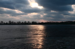 Sun and Clouds (MEK40) Tags: winter light sunset sky sun cold color detail reflection ice nature water colors clouds strand canon river germany landscape deutschland photography eos photo wasser waves foto sonnenuntergang shot details natur january himmel wolken beam freehand 500 icy eis landschaft sonne farbe wedel sunbeam elbe sonnenstrahlen januar farben wellen winterlandscape winterlandschaft 500d 2011 eos500 flus schulau grayfilter nd8x eos500d