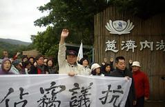 多名長者不畏寒風,走到慈濟北基地抗議。