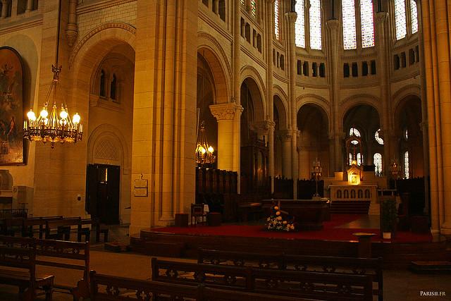 L'autel, au milieu du chœur de l'église