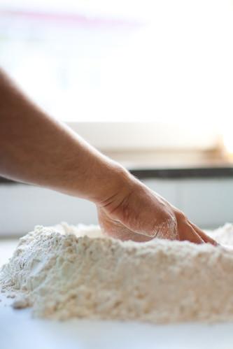amassar o pão à mão