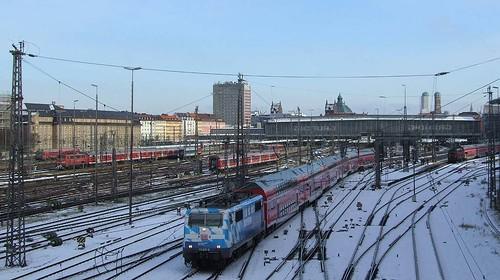 111 017 verlässt München Hbf auf dem Weg nach Salzburg